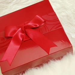красная подарочная коробка с бантиком